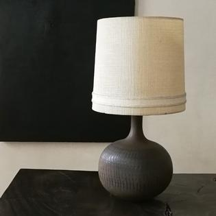 A brown ceramic mid-century table lamp