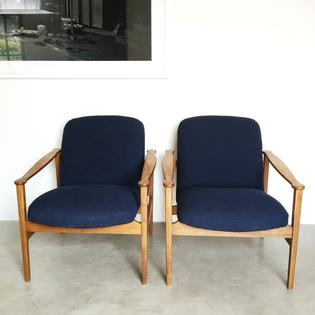 A pair of vintage loungechairs